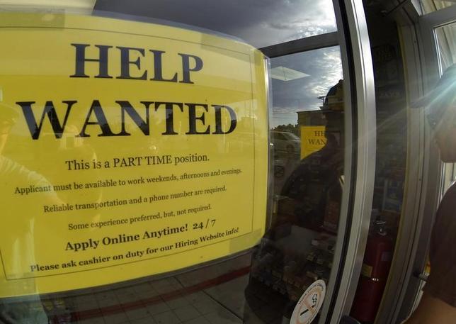 11月17日、米新規失業保険申請件数が43年ぶりの低水準となった。写真はカリフォルニア州のガソリンスタンドに張り出された求人広告。2013年9月撮影(2016年 ロイター/Mike Blake)
