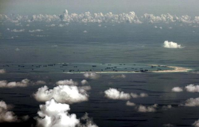 11月17日、米シンクタンクの戦略国際問題研究所(CSIS)によると、ベトナムが南シナ海の南沙(英語名スプラトリー)諸島で実効支配するスプラトリー島の滑走路を延伸したことが分かった。写真は中国が人工島を建設しているとされる南シナ海の南沙諸島で、昨年5月代表撮影(2016年 ロイター)