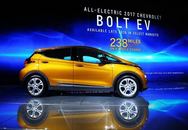 11月18日、今年のロサンゼルス・モーターショーでは、電気自動車(EV)の展示が近年ほど目立たず、より利益の出るスポーツ多目的車(SUV)やトラックが主役となっている。写真は会場で展示されていたシボレーの電気自動車「ボルト」。16日撮影(2016年 ロイター/Mike Blake)