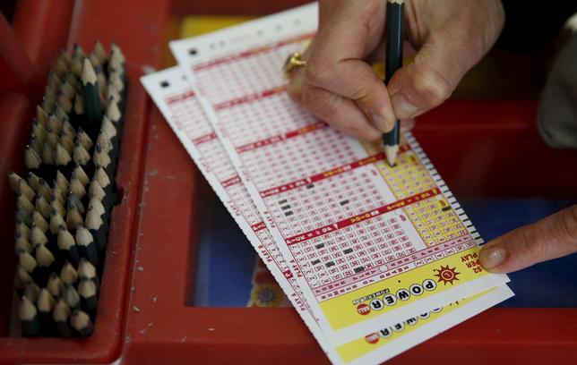 11月17日、米宝くじ「パワーボール」の賞金が、3億2000万ドル(約354億円)に積み上がった。メリーランド州で1月撮影(2016年 ロイター/Gary Cameron)