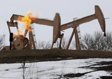 Станки-качалки на месторождении близ Уиллистона, Северная Дакота 11 марта 2013 года. Цены на нефть упали в часы ранних торгов пятницы, поскольку укрепление американской валюты погасило вновь оживившиеся надежды на договорённость ОПЕК об ограничении добычи. REUTERS/Shannon Stapleton