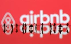 Airbnb lanzó el jueves un nuevo programa llamado Trips para transformarse en una compañía de viajes, marcando la expansión más significativa desde que la fundación de la empresa hace ocho años como un servicio de alquiler de casas y habitaciones. En la imagen de archivo, figuras de tres dimensiones ante un logo de Airbnb en una fotoilustración. REUTERS/Dado Ruvic/Illustration