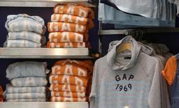 Одежда в магазине GAP в Париже 3 марта 2016 года. Сеть магазинов одежды Gap Inc сообщила о планах закрыть больше магазинов, чем ожидалось раньше, а также спрогнозировала дальнейшее падение трафика в важный сезон праздничных покупок. REUTERS/Jacky Naegelen/File Photo