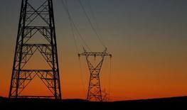 El gobierno español aprobó el viernes por imperativo legal un real decreto que revisa los márgenes que cobran las comercializadoras de energía eléctrica con un impacto mínimo para la factura de los consumidores acogidos a tarifa regulada.  En la imagen de archivo, torres eléctricas en Sanlucar la Mayor.  REUTERS/Marcelo del Pozo