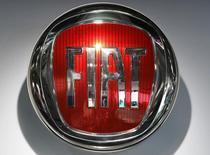 El logo de Fiat en una feria automotrix en Hanover, Alemania, sep 22,  2016. Fiat Chrysler Automobiles (FCA) dijo que se asoció con el gigante estadounidense de comercio electrónico Amazon para empezar a vender autos online a precios hasta un tercio más baratos que los disponibles en otras instancias.   REUTERS/Fabian Bimmer