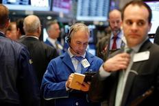 Operadores trabajando en la bolsa de Wall Street en Nueva York, oct 25, 2016. El índice Nasdaq marcó un nuevo récord el viernes, confirmando la recuperación de las acciones tecnológicas, mientras el Dow Jones y el S&P 500 bajaban levemente, aunque seguían cerca de sus máximos históricos.   REUTERS/Brendan McDermid