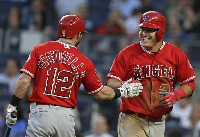 11月18日、MLBは2016年MLBアワードの受賞者を発表。最優秀メジャーリーガーにエンゼルスのマイク・トラウト外野手(右)が選出された。ニューヨークで6月撮影(2016年 ロイター/Adam Hunger-USA TODAY Sports)