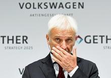 Herbert Diess, el responsable de la marca insignia de VW, ha convencido al poderoso comité de empresa para que le permita recortar 30.000 puestos de trabajo hasta 2020, tres cuartas partes de ellos en Alemania. El recorte afectará al 5 por ciento de la plantilla total del grupo. En la imagen, el CEO de Volkswagen Matthias Mueller en una rueda de prensa en la sede de Volkswagen en Wolfsburgo, 16 de junio de 2016. REUTERS/Fabian Bimmer/File Photo