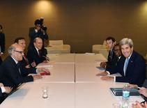 El secretario de Estado, John Kerry y el Ministro de Relaciones Exteriores de Perú, Ricardo Luna Mendoza antes de su encuentro bilateral en APEC, Perú 17 de noviembre, 2016. Los líderes del Asia-Pacífico buscarán renovar su compromiso con el libre comercio en la cumbre que inició el viernes en Perú, en momentos en que el rol protagónico de Estados Unidos en las negociaciones para un pacto está en duda con la victoria de Donald Trump.   REUTERS/Mark Ralston/Pool