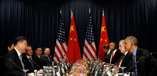 11月19日、オバマ米大統領と中国の習近平国家主席は、アジア太平洋経済協力会議(APEC)首脳会議の開催地ペルーで会談を行い、習主席は米中関係の「円滑な移行」を求めた。(2016年 ロイター/Kevin Lamarque)
