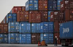 Un trabajador se observa junto a un área de container en un puerto en Tokio, Japón, 16 de  marzo de 2016. REUTERS/Toru Hanai