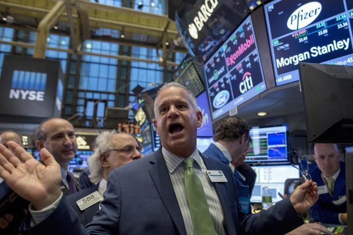 图为2015年10月资料图片,显示纽约证交所内交易员忙碌场景。REUTERS/Brendan McDermid