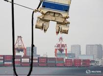 Las exportaciones de Japón cayeron por decimotercer mes consecutivo y más de lo esperado en octubre, después de que la fortaleza del yen y la mustia demanda externa pesaran sobre el comercio, aunque la debilidad actual de la moneda local podría cambiar el panorama. En la imagen, un cargueron en el puerto industrial de Tokio el 18 de agosto de 2016. REUTERS/Kim Kyung-Hoon