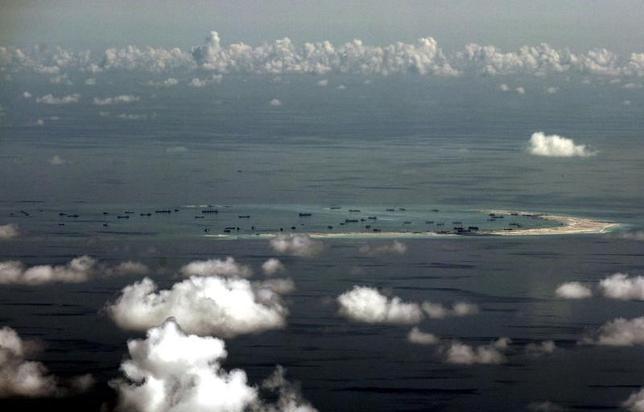 11月21日、台湾の海岸巡防署(海上保安庁に相当)は20日、南シナ海の南沙(英語名スプラトリー)諸島で台湾が実行支配している太平島(同イトゥアバ)周辺で今月末、救助訓練を行う計画だと明らかにした。写真は中国が人工島を建設しているとされる南シナ海の南沙諸島で、昨年5月代表撮影(2016年 ロイター)