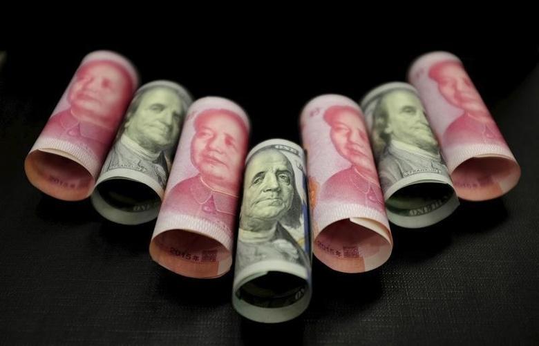 2016年1月21日,图为美元和人民币纸币。REUTERS/Jason Lee