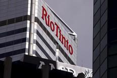 El logo de Rio Tinto en las oficinas de la compañía minera Rio Tinto en las oficinas de Perth, al oeste de Australia, 19 de noviembre, 2015.  La minera Rio Tinto se está preparando para realizar cientos de despidos en su negocio de mineral de hierro en Australia tras una reestructuración del sector más rentable del gigante global, confirmó la compañía el lunes. REUTERS/David Gray