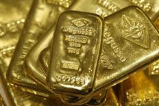 Слитки золота в хранилище трейдинговой компании Degussa в Цюрихе. 19 апреля 2013 года. Золото растёт в цене в понедельник, оттолкнувшись от минимума за 5,5 месяцев, поскольку доллар ослаб после сильного ралли, вызванного ожиданиями, что обещанные Дональдом Трампом финансовые стимулы помогут ускорить инфляцию в стране. REUTERS/Arnd Wiegmann
