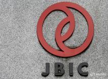 Логотип Японского банка для международного сотрудничества (JBIC) на здании его штаб-квартиры в Токио 6 июня 2016 года. Россия и Япония сформируют совместный инвестфонд объемом $900 миллионов, сообщила газета Nikkei. REUTERS/Toru Hanai