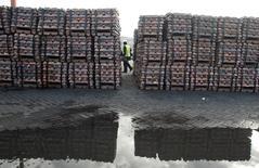 Un guardia de seguridad revisando un cargamento de cobre listo en el puerto chileno de Valparaíso, jun 29, 2009. El mercado mundial de cobre refinado tuvo un superávit de 154.000 toneladas en agosto, lo que se compara con uno de 144.000 toneladas de julio, dijo el Grupo Internacional de Estudios del Cobre (ICSG) en su más reciente boletín mensual.  REUTERS/Eliseo Fernandez/File Photo