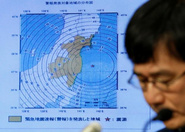 11月22日、菅義偉官房長官は、福島県沖を震源とする地震が発生し、津波警報が発令されていることに関し、外遊中の安倍晋三首相から万全の対応を取るよう指示があったことを明らかにした。写真は気象庁の記者会見(2016年 ロイター/Toru Hanai)