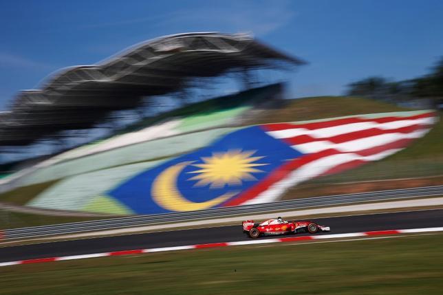 11月21日、自動車レースF1のマレーシアGPについて、マレーシアのナズリ観光文化大臣は、2018年大会が最後になる見通しと明かした。写真はフェラーリのセバスチャン・フェテル。マレーシアのセパンで9月撮影。(2016年 ロイター/Edgar Su)