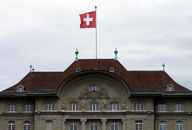 11月21日、写真はスイス中銀。スイスフランがスイス国立銀行(中銀)による介入にもかかわらず年初から上昇していることに関し、エコノミストらは中銀がフラン高容認に傾きつつある可能性を指摘している。写真はスイス国立銀行。ベルンで昨年4月撮影(2016年 ロイター/Ruben Sprich)