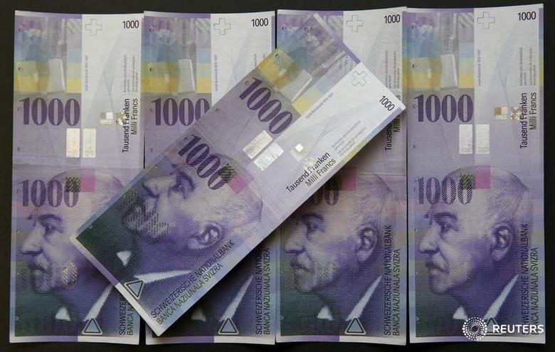 图为2016年2月拍摄的1000瑞郎纸币。REUTERS/Ruben Sprich