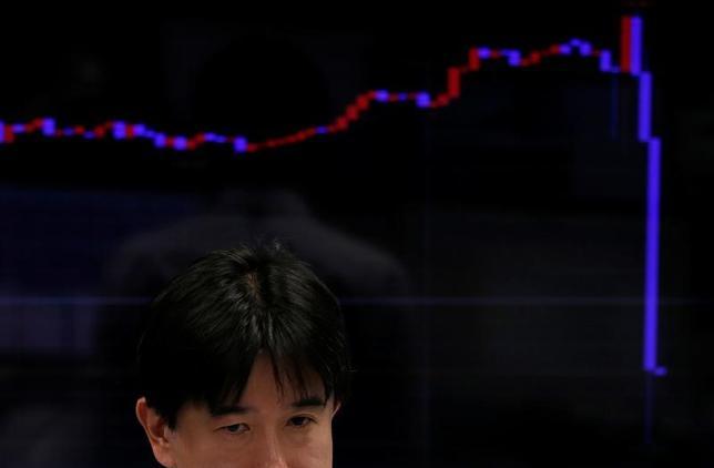 11月22日、午後3時のドル/円は、前日ニューヨーク市場午後5時時点とほぼ同水準の110円後半だった。午前は日本で発生した地震をきっかけに売られ110円前半まで下落したが、下がったところでは買いが入った。写真は都内の為替ディーリング会社で9日撮影(2016年 ロイター/Toru Hanai)