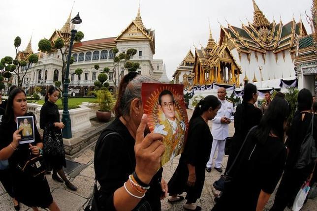 11月21日、タイ政府は先月88歳で死去したプミポン国王の火葬のための施設を来年建設すると明らかにした。写真は先月29日王宮前で撮影(2016年 ロイター/Jorge Silva)