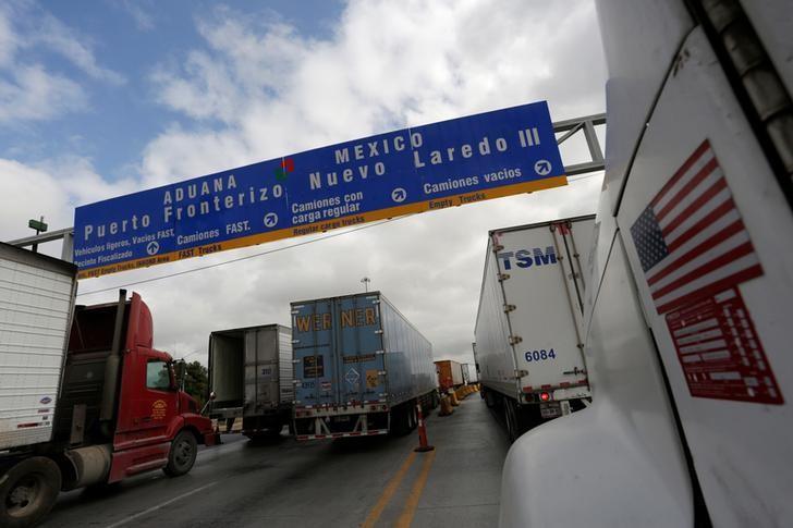 2016年11月2日,墨西哥Nuevo Laredo,卡车在边境排队等待通关进入美国。REUTERS/Daniel Becerril