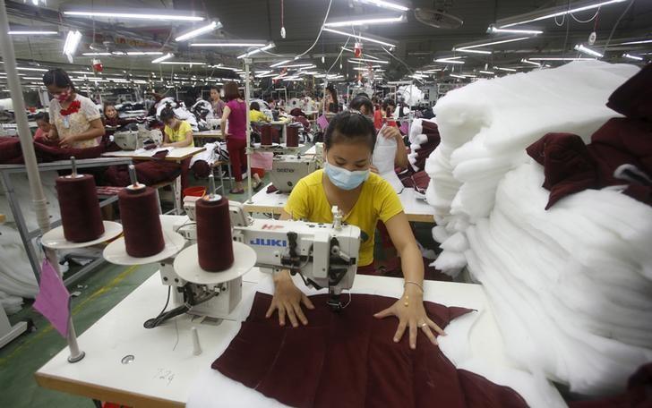 2015年10月21日,越南,一家服装工厂的工人正在制作Zara品牌服装。REUTERS/Kham