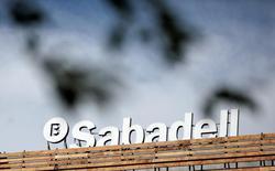 El Ibex-35 recuperaba terreno el martes a media sesión aprovechando el tirón de las materias primas y el petróleo, en una jornada en la que destacaba el retroceso de Sabadell tras una colocación de acciones. En la imagen de archivo, el logo de Sabadell en una azotea en las afueras de Madrid, el 13 de abril de 2016. REUTERS/Andrea Comas
