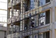 Unos trabajadores en las obras de construcción de un edificio en Tigre, Argentina, jul 22, 2015. La actividad económica de Argentina se habría contraído en promedio un 3,6 por ciento interanual en septiembre, con lo que acumularía seis meses consecutivos en baja, debido principalmente a la merma en el sector de la construcción, según un sondeo de Reuters publicado el martes.     REUTERS/Enrique Marcarian