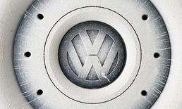 El logo de Volkswagen en la rueda de un vehículo en Grafenwoehr, Alemania, oct 26, 2016. Volkswagen situó al continente americano en el centro del plan de cambio de su marca principal VW, cifrando sus esperanzas en nuevos vehículos utilitarios y automóviles eléctricos para reconstruir su imagen tras el escándalo por emisiones falsas de diésel.    REUTERS/Michaela Rehle/File Photo