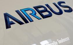 El logo de Airbus impreso en un motor en Colomiers, Francia, abr 15, 2016. El Departamento del Tesoro de Estados Unidos emitió un permiso para que el fabricante francés de aeronaves Airbus venda 106 aviones comerciales a Iran Air, la principal aerolínea de Irán, dijo el martes una fuente familiarizada con la situación.  REUTERS/Regis Duvignau
