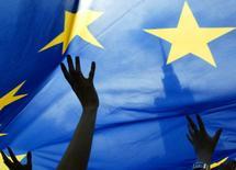 Las empresas podrían obtener más espacio para respirar y reestructurar sus deudas en momentos de crisis bajo un borrador de normativa de la Unión Europea presentado el martes, inspirado en las leyes de insolvencia de Estados Unidos, con el objetivo de evitar bancarrotas y salvar empleos. En la foto de archivo la bandera de la Unión Europea delante del Palacio de la Cultura en Varsovia el 15 de mayo de 2005. REUTERS/Katarina Stoltz