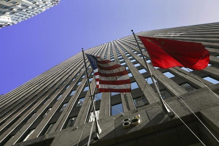 图为中国和美国国旗。中国国务院副总理汪洋表示,特朗普就任总统后美国对中国的政策或许存在变数,但他仍保持乐观看法,因为美国商界对于美中贸易热情不衰。REUTERS/Brendan McDermid