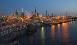 НПЗ, принадлежащий The Carlyle Group, в Филадельфии. Цены на нефть снизились в начале азиатских торгов в среду из-за сомнений в способности ОПЕК согласовать сокращение объёмов добычи на ноябрьском слёте картеля.  REUTERS/David M. Parrott/File Photo