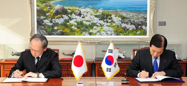 11月23日、日韓両政府は軍事情報包括保護協定に署名、締結した。写真は協定に署名する両国代表。聯合ニュース提供(2016年 ロイター)