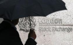 Les Bourses européennes évoluent dans le désordre mercredi à mi-séance. À Paris, l'indice CAC 40 cède 0,48% (21,70 points) à 4.526,65 points vers 10h20 GMT. À Francfort, le Dax perd 0,62% et à Londres, le FTSE progresse de 0,42%, soutenu par les valeurs minières. /Photo d'archives/REUTERS/Suzanne Plunkett
