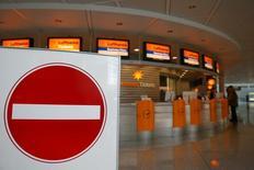Los pilotos de Lufthansa comenzaron el miércoles una huelga de dos días en Alemania que está obligando a cancelar cientos de vuelos, en medio de la extendida disputa salarial surgida en una de las aerolíneas más grandes de Europa. En la imagen, mostradores de Lufthansa cerrados en el aeropuerto de Munich, el 23 de noviembre de 2016. REUTERS/Michael Dalder