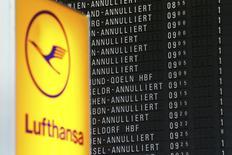 Les pilotes allemands du syndicat Vereinigung Cockpit se sont mis en grève mercredi pour deux jours, ce qui entraîne l'annulation de 1.800 vols, ce qui devrait affecter plus de 215.000 voyageurs au total. /Photo prise le 23 novembre 2016/REUTERS/Kai Pfaffenbach