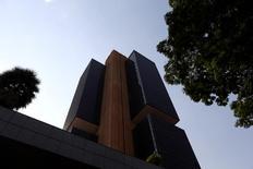 El Banco Central de Brasil en Brasilia, sep 15, 2016. Los préstamos impagos por más de 90 días en Brasil se mantuvieron en octubre en un máximo histórico por tercer mes seguido, señal de que las medidas de los bancos comerciales para refinanciar los créditos con pronto vencimiento están impidiendo que la crisis de crédito del país empeore aún más.  REUTERS/Adriano Machado