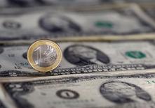 Доллары и евро. Доллар стабилизировался в ходе торгов четверга, пробив большинство прошлогодних максимумов к евро. REUTERS/Dado Ruvic/Illustration