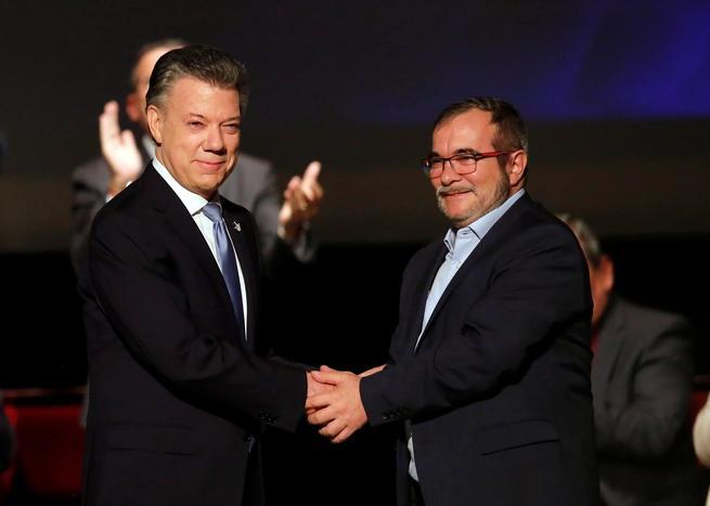 Colômbia e FARC assinam novo acordo de paz em cerimônia sóbria e sob protesto da oposição