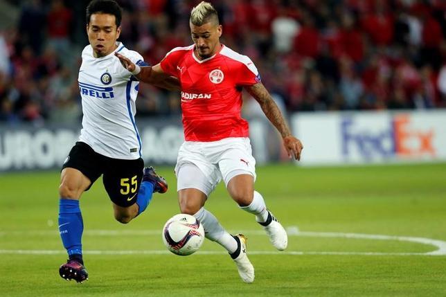 11月24日、サッカーの欧州リーグは各地で1次リーグ第5戦を行い、長友佑都(左)が所属するK組のインテルはベエルシェバに2─3で敗れ、1次リーグ敗退が決まった(2016年 ロイター/Ammar Awad)