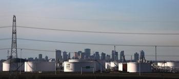 Нефтехранилища на предприятии компании Enbridge в Эдмонтоне. 13 ноября 2016 года. Цены на нефть снижаются в пятницу, попав под давление сильного доллара, однако объем торгов небольшой после Дня благодарения в США и из-за нежелания многих трейдеров открывать позиции в преддверии встречи ОПЕК, где должен решиться вопрос об ограничении добычи. REUTERS/Chris Helgren