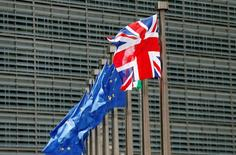 Bandeira britânica ao lado de bandeira da União Europeia em Bruxelas.     28/06/2016        REUTERS/ Francois Lenoir