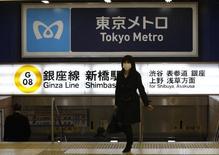 Le Japon ne prévoit qu'une hausse modeste de ses dépenses publiques l'année prochaine, selon les grandes lignes du budget que Reuters a pu consulter, le Premier ministre, Shinzo Abe, optant ainsi pour une stratégie différente de celle de la relance, prônée par Donald Trump aux Etats-Unis et suggérée par l'OCDE à ses pays membres. /Photo d'archives/REUTERS/Issei Kato