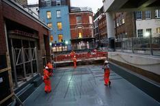 Las empresas británicas aumentaron sus inversiones más de lo esperado en el tercer trimestre mientras la economía crecía sólidamente tras la victoria de la opción a favor de abandonar la Unión Europea (UE) en el referéndum celebrado en junio, según datos oficiales publicados el viernes. En la imagen, trabajadores de la construcción transportan acero en Tottenham Court Road, Londres, Reino Unido, el 16 de noviembre de 2016. REUTERS/Stefan Wermuth